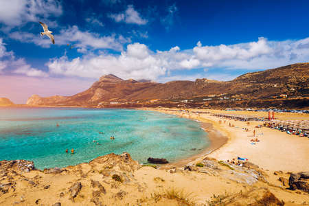 Panorama of turquoise beach Falasarna (Falassarna) in Crete with seagulls flying over, Greece. View of famous paradise sandy deep turquoise beach of Falasarna (Phalasarna), Crete island, Greece. Banque d'images - 137152940