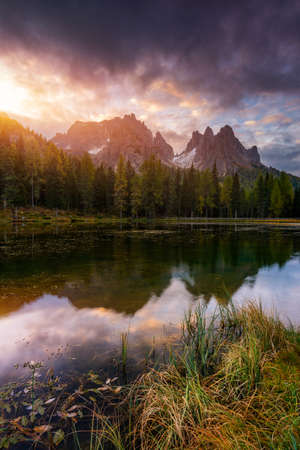 Lake Antorno (Lago di Antorno) located in Dolomites area, Belluno Province, Italy. Lake Antorno, Three Peaks of Lavaredo, Lake Antorno and Tre Cime di Lavaredo, Dolomites, Italy. Banque d'images - 137152948