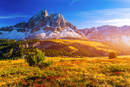 Stunning view of Peitlerkofel mountain from Passo delle Erbe in Dolomites, Italy. View of Sass de Putia (Peitlerkofel) at Passo delle Erbe, with wooden farm houses, Dolomites, South Tyrol, Italy. Banque d'images - 137152961