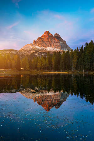Lake Antorno (Lago di Antorno) located in Dolomites area, Belluno Province, Italy. Lake Antorno, Three Peaks of Lavaredo, Lake Antorno and Tre Cime di Lavaredo, Dolomites, Italy. Banque d'images - 137152988