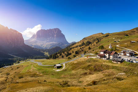 Autumn landscape in Passo Gardena, South Tyrol, Dolomites, Italy. Mountain landscape of the picturesque Dolomites at Passo Gardena area in South Tyrol in Italy. Banque d'images - 137152994