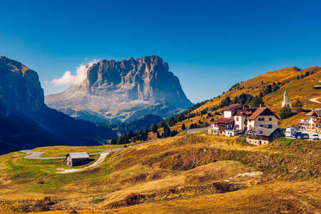 Autumn landscape in Passo Gardena, South Tyrol, Dolomites, Italy. Mountain landscape of the picturesque Dolomites at Passo Gardena area in South Tyrol in Italy. Banque d'images - 137153080