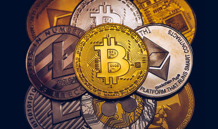 Set of cryptocurrencies with Bitcoin, Etherium, Ripple, Litecoin. Cryptocurrencys new digital money. Bitcoin on the front as the leader. Bitcoin as most important cryptocurrency. Banque d'images - 137153094