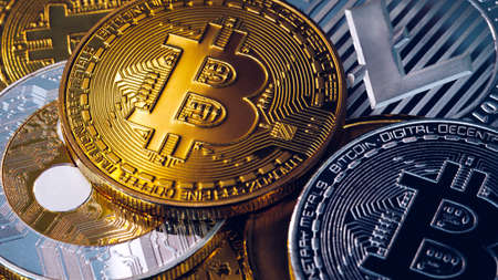 Crypto currency coin set collection, bitcoin, ethereum, litecoin, ripple. Digital currency. Cryptocurrency. Silver and golden coins with bitcoin, ripple, litecoin and ethereum symbol. Banque d'images - 137153095