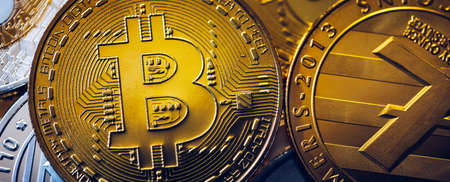 Crypto currency coin set collection, bitcoin, ethereum, litecoin, ripple. Digital currency. Cryptocurrency. Silver and golden coins with bitcoin, ripple, litecoin and ethereum symbol. Banque d'images - 137153104