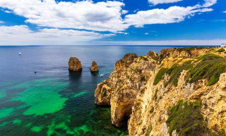 Vista panorámica, Ponta da Piedade cerca de Lagos en Algarve, Portugal. Rocas de acantilado y barco turístico en el mar en Ponta da Piedade, región de Algarve, Portugal. Ponta da Piedade, región de Algarve, Portugal. Foto de archivo