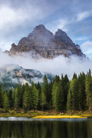 Antorno lake with famous Tre Cime di Lavaredo (Drei Zinnen) mount. Dolomite Alps, Province of Belluno, Italy, Europe. Beauty of nature concept background. Imagens - 137153198