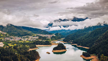 Panoramic view of lake of Centro Cadore in the Alps in Italy, Dolomites, near Belluno. Banque d'images - 137153211