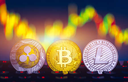 Crypto currency coin set collection, bitcoin, ethereum, litecoin, ripple. Digital currency. Cryptocurrency. Silver and golden coins with bitcoin, ripple, litecoin and ethereum symbol. Banque d'images - 137153223