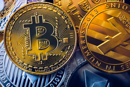 Set of cryptocurrencies with Bitcoin, Etherium, Ripple, Litecoin. Cryptocurrencys new digital money. Bitcoin on the front as the leader. Bitcoin as most important cryptocurrency. Banque d'images - 137153243
