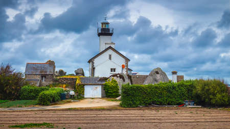 Pontusval lighthouse (Phare de Pontusval) at Brignogan-Plages, Finistere. Brittany (Bretagne), France Standard-Bild - 137153322