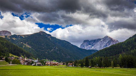 Great view of the National Park Dolomites (Dolomiti), famous location, Tyrol, Alp, Italy, Europe. Dramatic and picturesque scene. Beauty world. Banco de Imagens - 137153767