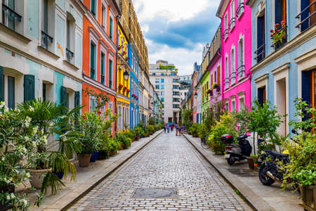 Cremieux Street (Rue Cremieux), Paris, France. Rue Cremieux in the 12th Arrondissement is one of the prettiest residential streets in Paris. Colored houses in Rue Cremieux street in Paris. France. Banque d'images - 138376717