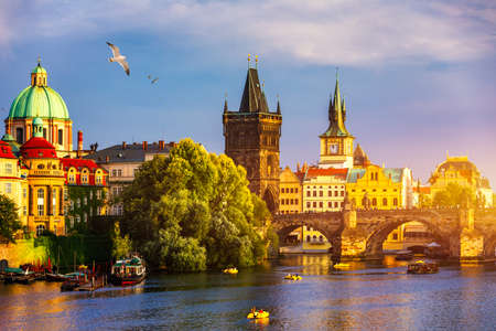 Charles Bridge, Old Town and Old Town Tower of Charles Bridge, Prague, Czech Republic. Prague old town and iconic Charles bridge, Czech Republic. Charles Bridge (Karluv Most) and Old Town Tower. Banque d'images - 138376924