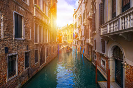 Canal with gondolas in Venice, Italy. Architecture and landmarks of Venice. Venice postcard with Venice gondolas. Banque d'images - 138376985