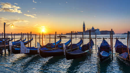 Canal with gondolas in Venice, Italy. Architecture and landmarks of Venice. Venice postcard with Venice gondolas. Banque d'images - 138377017