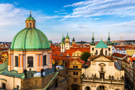 Scenic summer aerial panorama of the Old Town architecture in Prague, Czech Republic. Red roof tiles panorama of Prague old town.  Prague Old Town Square houses with traditional red roofs. Czechia. Banque d'images - 138377198