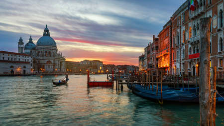 Canal with gondolas in Venice, Italy. Architecture and landmarks of Venice. Venice postcard with Venice gondolas. Banque d'images - 138377249