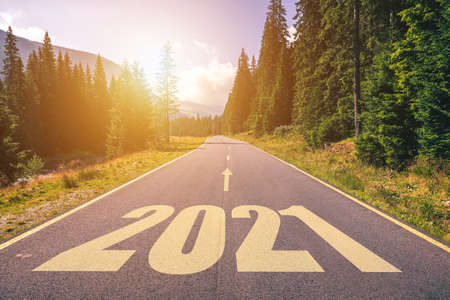 Empty asphalt road and New year 2021 concept. Driving on an empty road in the mountains to upcoming 2021 and leaving behind old 2020. Concept for success and passing time. Banque d'images - 138377302