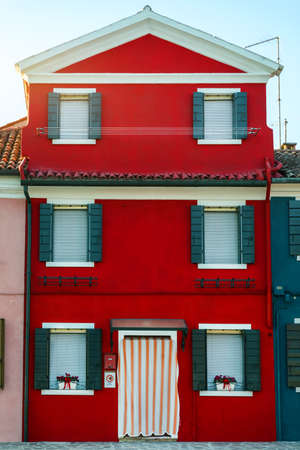 Lovely house facade and colorful walls in Burano, Venice. Burano island canal, colorful houses and boats, Venice landmark, Italy. Europe Banque d'images - 138377455