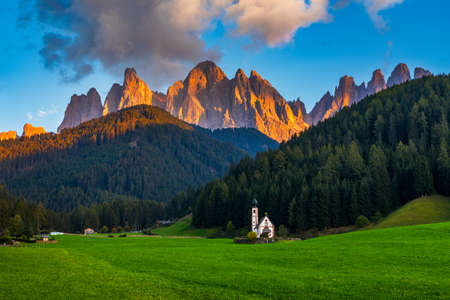 Landscapes with San Giovanni Church and small village in Val di Funes, Dolomite Alps, South Tyrol, Italy, Europe. San Giovanni in Ranui church (St John in Ranui church) in the Dolomites, Italy. Banque d'images - 138377472