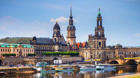 Scenic summer view of the Old Town architecture with Elbe river embankment in Dresden, Saxony, Germany Banque d'images - 138377483