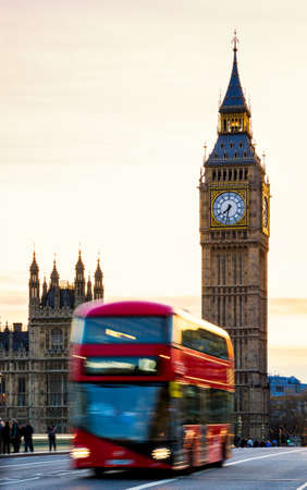 London, the UK. Red bus in motion and Big Ben, the Palace of Westminster. The icons of England Banque d'images - 138377866