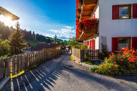 Street view of Santa Maddalena (Santa Magdalena) village, Val di Funes valley, Trentino Alto Adige region, South Tyrol, Italy, Europe. Santa Maddalena Village, Italy. Banque d'images - 138377888