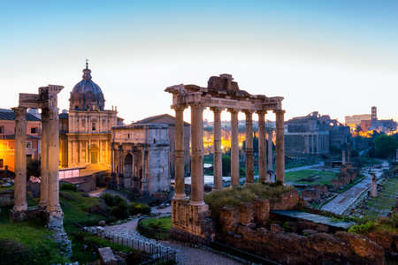 Roman ruins in Rome, Forum. Ancient ruins of the Romanum Forum. Ruins of Septimius Severus Arch and Saturn Temple, Rome, Italy. Banque d'images - 138378345