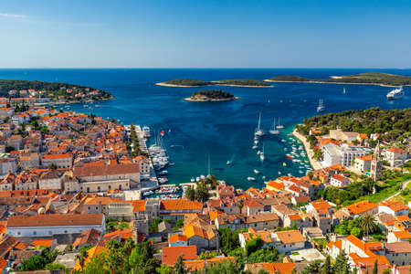 View at amazing archipelago in front of town Hvar, Croatia. Harbor of old Adriatic island town Hvar. Popular touristic destination of Croatia. Amazing Hvar city on Hvar island, Croatia. Banque d'images - 139275400