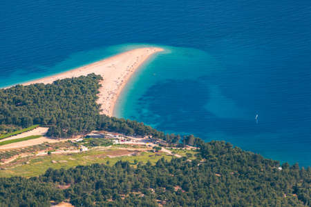 Beautiful panorama of famous Adriatic beach Zlatni Rat (Golden Cape or Golden Horn) with turquoise water , Island of Brac Croatia summertime. Famous Adriatic beach Zlatni Rat in Bol, Brac, Croatia. Foto de archivo - 139275571