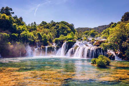 Hermosa cascada Skradinski Buk en el Parque Nacional Krka, Dalmacia, Croacia, Europa. Las cascadas mágicas del Parque Nacional Krka, Split. Un lugar increíble para visitar cerca de Split, Croacia.