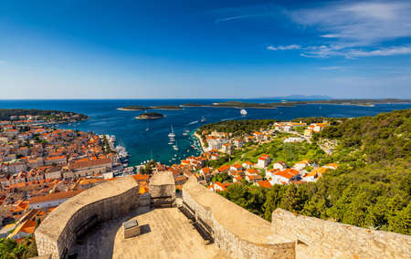 View at amazing archipelago in front of town Hvar, Croatia. Harbor of old Adriatic island town Hvar. Popular touristic destination of Croatia. Amazing Hvar city on Hvar island, Croatia. Banque d'images - 139275856