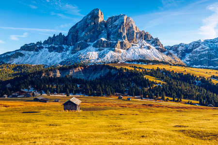 Stunning view of Peitlerkofel mountain from Passo delle Erbe in Dolomites, Italy. View of Sass de Putia (Peitlerkofel) at Passo delle Erbe, with wooden farm houses, Dolomites, South Tyrol, Italy. Foto de archivo - 139275868