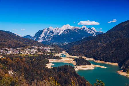 Panoramic view of lake of Centro Cadore in the Alps in Italy, Dolomites, near Belluno. View of Lake Calalzo, Belluno, Italy. Lake of Centro Cadore in the Alps in Italy, near Belluno. Banque d'images - 139275869