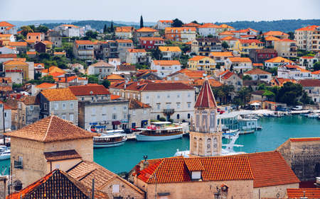 View at town Trogir, old touristic place in Croatia Europe. Trogir town coastal view. Magnificent Trogir, Croatia. Sunny old Venetian town, Dalmatian Coast in Croatia. Banque d'images - 142068647
