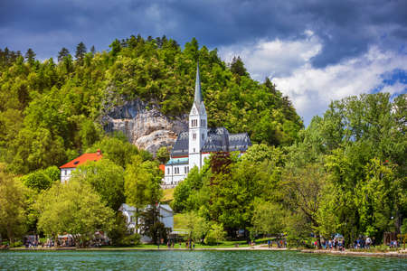 The Picturesque of St. Martin's Parish Church on the Hill by the Lake Bled of Slovenia. St Martin's Church on the shores of Lake Bled, Slovenia Standard-Bild - 142068650