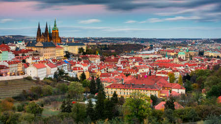 Prague autumn landscape. Prague autumn landscape view to Saint Vitus cathedral. Prague. Prague panorama. Prague, Czech Republic. Scenic autumn aerial view of the Old Town with red foliage. Czechia. Banque d'images - 142093662
