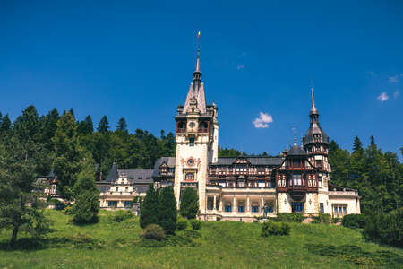 Peles Castle, Romania. Beautiful famous royal castle and ornamental garden in Sinaia landmark of Carpathian Mountains in Europe Banque d'images - 142093747