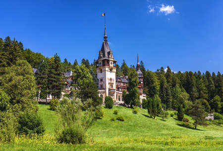 Peles Castle, Romania. Beautiful famous royal castle and ornamental garden in Sinaia landmark of Carpathian Mountains in Europe Standard-Bild - 142093749