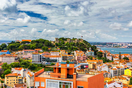 Lisbon, Portugal skyline with Sao Jorge Castle. Panoramic aerial view of Lisbon, Portugal. Panorama view of old town Lisbon and Sao Jorge Castle, the capital and the largest city of Portugal. Banque d'images - 142093751
