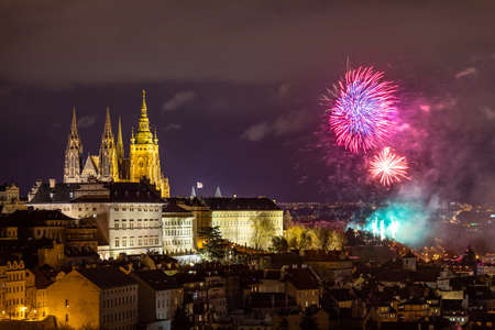 Fireworks over the Old Town of Prague, Czech Republic. New Year fireworks in Prague, Czechia. Prague fireworks during New Year Celebration near St. Vitus Cathedral, Prague, Czech republic. Standard-Bild - 142093854