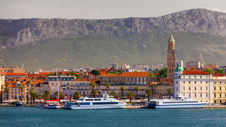 Split, Croatia (region of Dalmatia). UNESCO World Heritage Site. View of Split city, Diocletian Palace and Mosor mountains in background. Split panoramic view of town, Dalmatia, Croatia. Banque d'images - 142093855