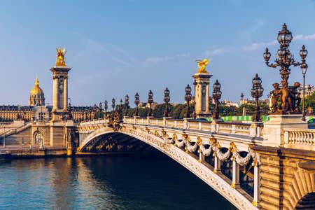 Pont Alexandre III pont sur la Seine dans le matin d'été ensoleillé. Pont décoré de lampes et de sculptures Art Nouveau ornées. Le pont Alexandre III sur Seine à Paris, France.