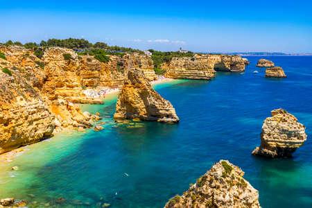 Praia da Marinha, beautiful beach Marinha in Algarve, Portugal. Navy Beach (Praia da Marinha), one of the most famous beaches of Portugal, located on the Atlantic coast in Lagoa Municipality, Algarve. Stockfoto