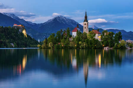 Lake Bled Slovenia. Beautiful mountain lake with small Pilgrimage Church. Most famous Slovenian lake and island Bled with Pilgrimage Church of the Assumption of Maria. Bled, Slovenia, Europe. Foto de archivo - 145656473