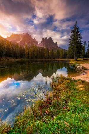 Lake Antorno (Lago di Antorno) located in Dolomites area, Belluno Province, Italy. Lake Antorno, Three Peaks of Lavaredo, Lake Antorno and Tre Cime di Lavaredo, Dolomites, Italy. 写真素材 - 145656990