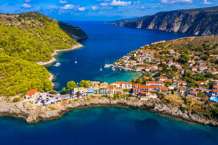 Aerial drone view video of beautiful and picturesque colorful traditional fishing village of Assos in island of Cefalonia, Ionian, Greece. Peninsula of Assos in Cephalonia (Kefalonia), Greece Stockfoto