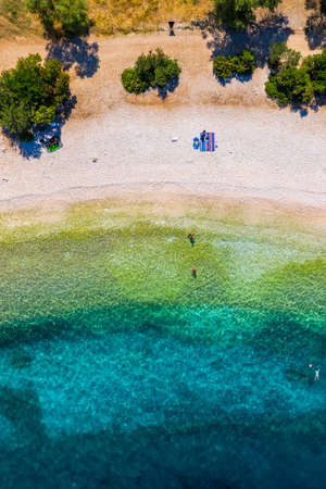 Beautiful crystal clear azure water at Antisamos beach on Kefalonia island, Greece. Beautiful sea bay with Antisamos beach on Kefalonia island, Ionian island, Cephalonia, Antisamos beach, Greece. Stockfoto