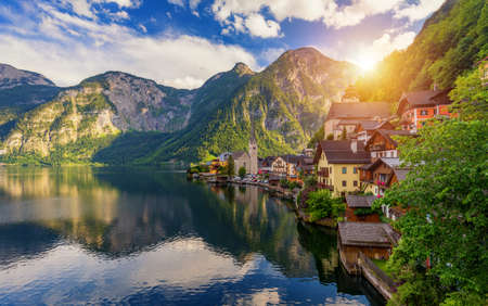 Scenic picture-postcard view of famous Hallstatt mountain village in the Austrian Alps, Salzkammergut region, Hallstatt, Austria. Hallstatt village on Hallstatter lake in Austrian Alps. Archivio Fotografico